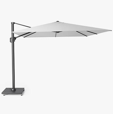 Wiitte Chalenger parasol op een parasolvoet met wielen.